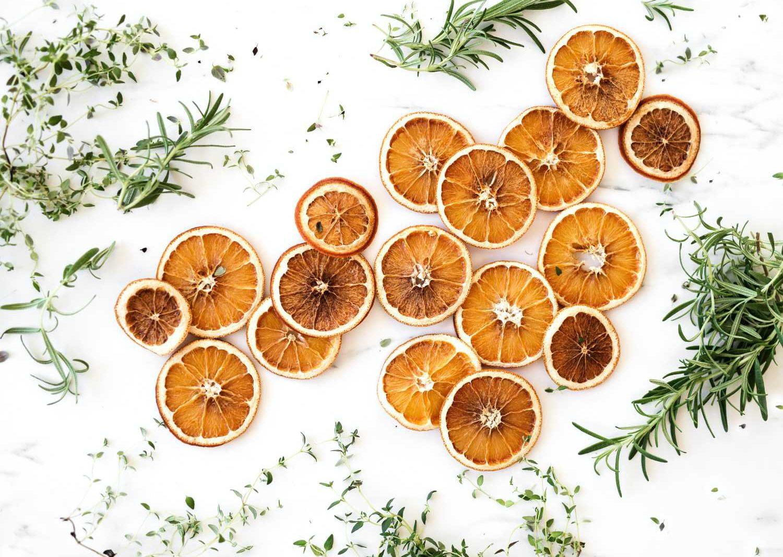 Orangenscheiben an der Luft trocknen
