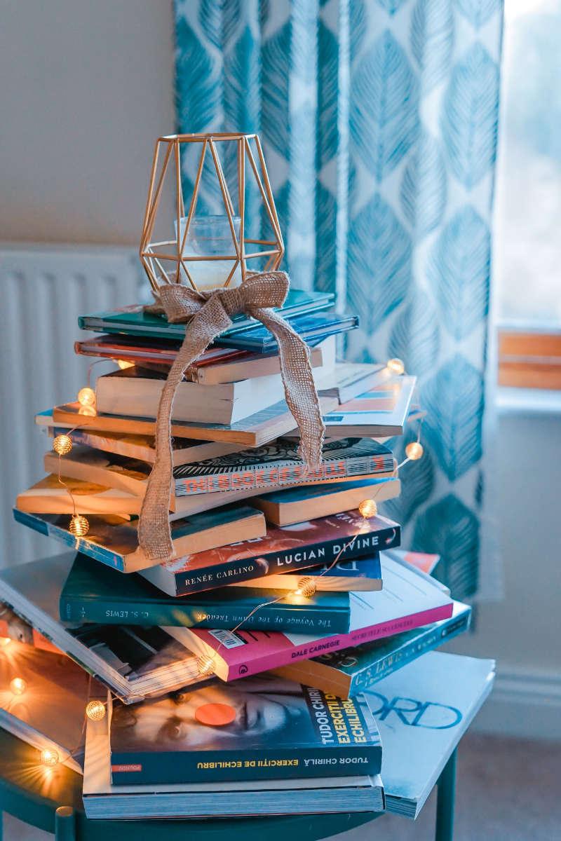 Bücherstapel Lichterketten Deko für ein gemütliches Zuhause