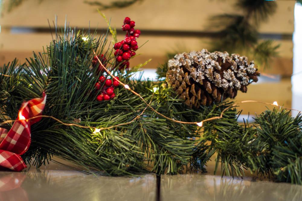 Weihnachtliche Tannenzweige Girlande mit Lichterketten
